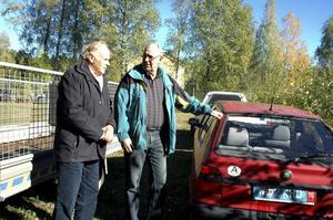 Malvin Fröyseth i Högafors bylag och blivande kommunfogde Sören Hansson, till höger, hoppas att projektet ska leda bland annat till att skrotbilar kan forslas bort tidigare än i dag.  BILD INGVAR SVENSSON