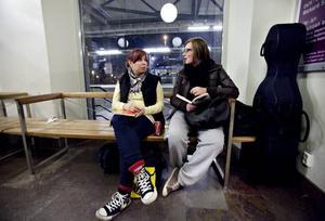 VÄNTAN. Amanda Levander och Hanna Ekfälth från Söderhamn respektive Hudik väntar på att det ska bli dags att ansluta till GUF:s helgsammandragning på Musikhuset intill.