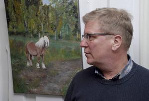 Hemma hos Harri och Liza Wiklund i Älvnäs hänger massor av bilder och tavlor på Calle.