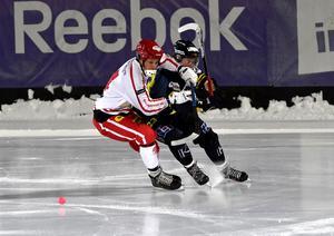 NitroNoras Mattias Söderman i rött och vitt under en match mot Falu BS 2016. Foto: Nisse Schmidt