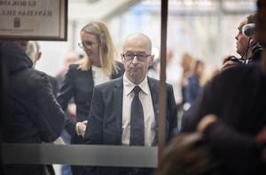Åklagare Johan Fahlander på väg mot rättssalen.
