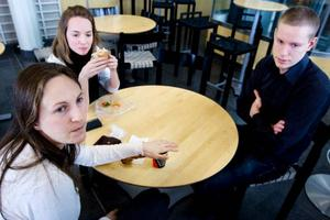 """Gertrud Alirani, Anna Kjällström och Kalle Hedendahl studerar statsvetenskap. Gertrud valde att förlänga sina studier en termin på grund av lågkonjunkturen. """"Det ser inte så positivt ut just nu, särskilt inte i konjunkturkänsliga yrken"""", säger hon."""