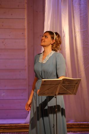 Anna-Lisa Berg (Elisabeth Meyer), som sedan blev Anna-Lisa Björling, tar sin första sånglektion hos sin blivande make i