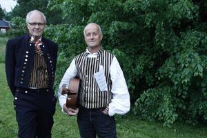 Hans Ederborg (till vänster) tävlar med låten En vandring tillsammans som han skrev efter en lång skogspromenad med sin fru och sin hund. Vännen Mats Andersson stöttar mentalt och musikaliskt.