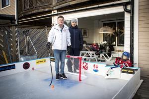 Pauserna blir många när treåringarna Oliver Grip och Albin Karlsson åker skridskor. Mikael Grip är pappan bakom isrinksbygget och grannen och kompisen Jesper Karlsson trivs på altanen i Klockarberget.