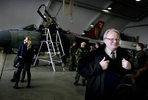 Peter Hultqvist vill utveckla samarbetet med grannländerna och Nato. Men detta utan ett Natomedlemskap.