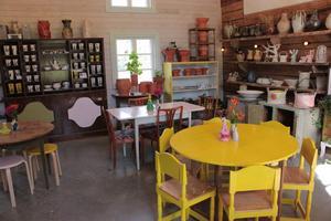 I den kombinerade buktiken och cafét finns mycket att titta på