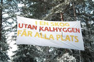 Budskap. En banderoll monterades i skogen i Tiveden strax efter nyår av medlemmar i Skydda skogens klättergrupp.