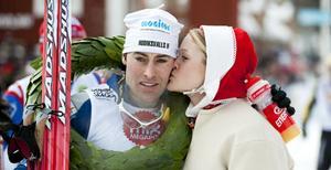 Årets segrare av Vasaloppet Jörgen Brink får en puss av kranskullan Helene Söderlund efter seger och målgångFoto: Ulf Palm / SCANPIX