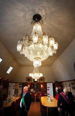 Hos Frimurarna i rådhuset finns två stora kristallkronor som ursprungligen kommer från Grand hotell i Östersund. Den tredje stora kristallkronan från Grand hotell finns på Gamla teatern.