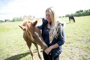 Karin Jönsson, 28, är en driven kvinna. Det senaste året har hon startat uppskattade restaurangen Sikåsköket. En annan viktig del i hennes liv är hästarna. Nyligen belönades hon med utmärkelsen