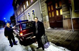hämtning. Räddningstjänsten i Gävle skickade en fyrhjulsdriven bil för att hämta kommunjurist Markus Svensson, som satt insnöad  i Vattholma.  Foto: Jenny Lundberg