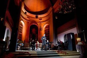 Nästan. Omgivningen är verkligt vacker, men Magnus Carlsson förmår inte att fullt ut beröra under måndagens konsert i Hamrånge kyrka.