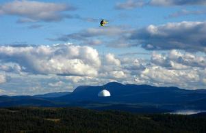 I går flögs kupolen in till Gäddedes eget rymdobservatorium och nu är själva bygget klart. Bara kikaren fattas, sedan väntar invigningen  i början av oktober.   Foto: B-O Lyden