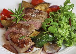 Rosastekt lammytterfilé med Medelhavsgrönsaker är i huvudsak smaksatt med timjan och vitlök.
