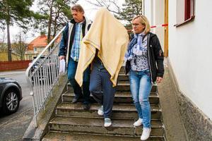 Tova Mobergs expojkvän förs ut från Hudiksvalls tingsrätt efter häktningsförhandlingen. I dag åtalas han för mord och grov kvinnofridskränkning.