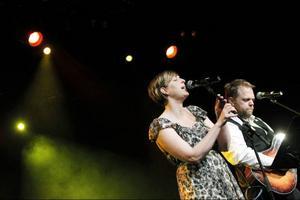 Suzanne Michelle och Anders Kronlund från Ottawa respektive Skucku spelade en låt som hon skrivit till honom på en av hans födelsedagar.