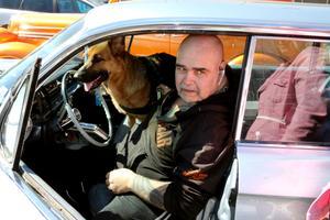 Anders Källberg har problem med en höft. Till slut blev den ändå en tur till Fellingsbro, med hund och särbo som glada passagerare.