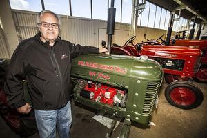 Curt framför en av sina första traktorer han har i sitt aldeles egna museum.