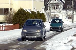 Det är inga vanliga småbilar som kommer körande genom Viksjöfors. Nej, det är Torbjörn Persson och Kjell Lennartsson som är ute på en tur med sina mopedbilar.