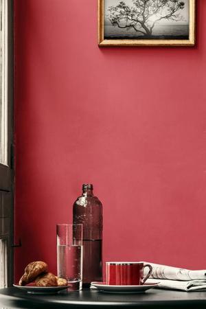 Dramatiskt blir det när rödrosa väggar möter svarta fönsterfoder. Väggarna är målade med Alcros Pashmina pink noveau.Foto: Anders Linden