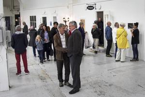 Lokomotiv blev välbesökt när de på måndagen bjöd in till vernissage och internationell konstafton.