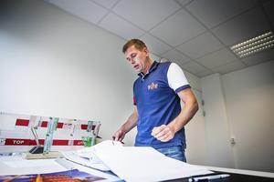 Pelle Olsson bor i Färila, och har kontoret i Ljusdal – men jobbar för Martinssons utanför Skellefteå.
