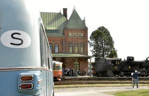 Femtiotalsbackspegel. Med en rälsbuss, ångloket och Npraåkeriägaren Erik Larssons gamla buss går tiden tillbaka framför Nora station.$RETURN$$RETURN$