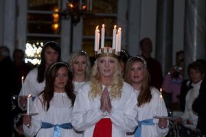 Det var mycket stämningsfullt i Sveg kyrka när luciatåget med Frida Hallgren i spetsen bjöd på fin underhållning.Foto: Håkan Degselius