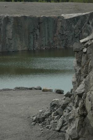 Badplatsen i bergtäkten i Tierp är inte invigd än, men är det redan många som söker sig dit för att bada. I måndags inträffade en olycka här när en nioårig pojke föll ned i en bergsskreva och fick föras till sjukhus med ambulanshelikopter.