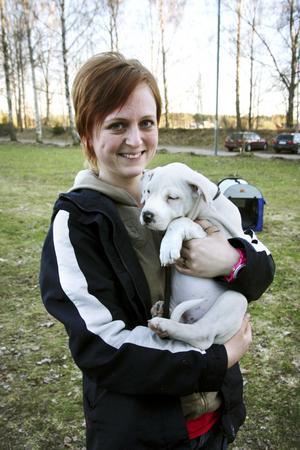 """Hundägare: Emma Rulander.Ålder: 28 år.Bor: I Tälle vid Brändåsen.Hund: Milly.Ålder: Tio veckor.Ras: Amstaff.Emma berättar: """"Min man ville ha en stor hund, jag ville ha en liten. Så vi tittade på hundar som är i storleken mittemellan, och fastnade för amstaff. Vi letade uppfödare, och fann en i Hallsberg. Vi åkte dit, hittade Milly –och blev kära direkt!"""""""