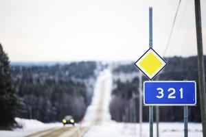 Det pågående vägbygget längs 321:an påverkar det lokala näringslivet i form av färre kunder.