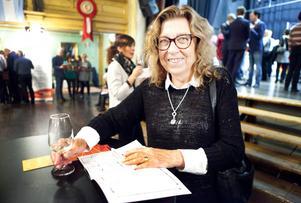 Birgitta Wallgren från Östersund stod i vimlet och avsmakade ett glas champagne, av märket Louis Roederer. På frågan vad man helst ska äta till champagne så var svaret givet:   – Man ska inte äta någonting, utan bara njuta!