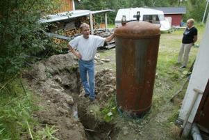 Bo Olsson har grävt ett eget dike nere på gården för att vattnet ska ha en chans att rinna undan.