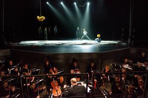 På scenen Norrdans, i orkesterdiket Nordiska Kammarorkestern. Och som helhet något som är både kosmiskt och kärleksfullt.