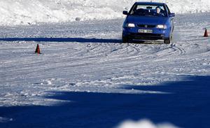 Här kommer Gudrun Strömstedt och sladdar med sin bil där hon kör på det isiga väglaget på Östersunds motorstadion.