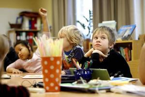 Det finns alltid två lärare i klassrummet. Tre av tolv barn i klassen har nedsatt hörsel men samtliga lär sig teckenspråk. –Det utvecklar vår känsla för språket och alla barn vinner på att lära sig det, säger Malin Persson, hörselpedagog.Viktor tycker att skolan har blivit roligare och lugnare sedan han kom till Brynässkolan.–Det är bra här för jag hör bättre, säger han.