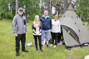 Familjen Voll- Rönning från Inderöy är på plats i Östersund för tredje året i rad.    – Det är hela nio lag från Inderöy IL i år. Det är ett bra arrangemang, säger Per Ivar Rönning. Bredvid står Hanna Voll som deltar, pappa Frode Voll och mamma Marit Voll.