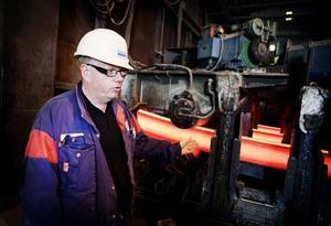 I gjutverket får stålet åter fast form genom att det kyls ned med hjälp av vatten. Runt 800 grader har balkarna när de kommit ungefär halvägs i nedkylningsprocessen. - I mitten är stålet fortfarande flytande, säder stålverkschefen Mikael Gottfridsson.
