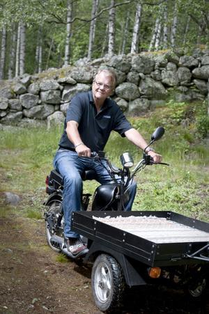 Ända sedan barndomen har Lasse Berghagens dröm varit att äga en flakmoped. När drömmen förra året gick i uppfyllelse föddes också idén till boken Flakmopedisten.
