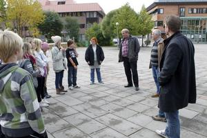 Politikerna fick bland annat träffa en grupp elever från Tallbackens skola. Politikerna är från höger Markus Evensson, Lasse Molin, Roland Bäckman och Malin Ängerå.