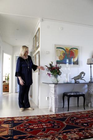 Åsa Haaga i sin hall i det nybyggda huset på Skästa Gård i Lillhärad i Västerås.