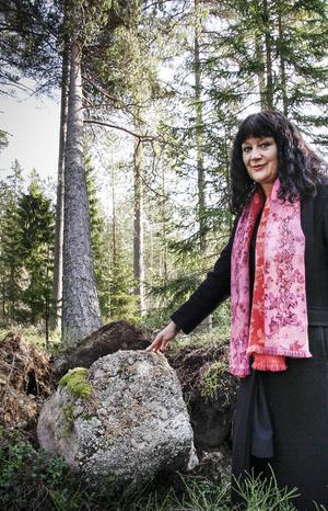 Karin Perers, ordförande i Mellanskog anser att antingen ska skogarna brukas eller göras om till naturreservat.