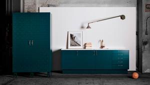 Färg och marin inspiration kommer starkt i år. Blå och gröna färger, vågmönster och rustika mässingskranar. Företaget Superfronts luckor monteras på Ikeas stommar.
