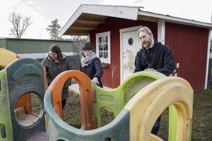 Kontroll. Jenny Regner, Kajsa Dufbäck och Sebastian Mårtensson letar tillverkningssymboler på utomhusleksaker.