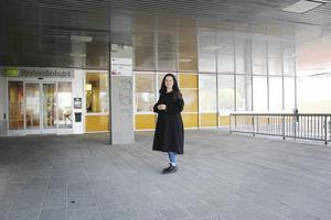 Dagamara Hälsing berättar att utställningen börjar visas utanför Aktivitetshuset sedan vandrar den vidare.