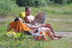 Hans och Rigmor Thyr sitter och njuter av solskenet.