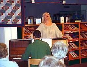 Arkivbild Underhöll. Birgitta Ulfsson gästade på tisdagen Stadsbiblioteket.