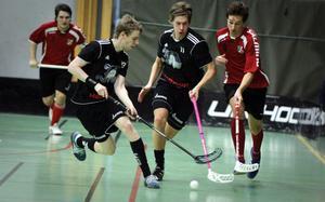 Alftas Robin Nilsson (i mitten) försöker komma loss på vänsterkanten i matchen mot Sätra.