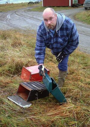Mats Buska, Gällö, på plats vid Almabryggan i Gällö visar tre av de många brevlådor som under den gångna helgen rivits bort från sina ställ i Gällö.